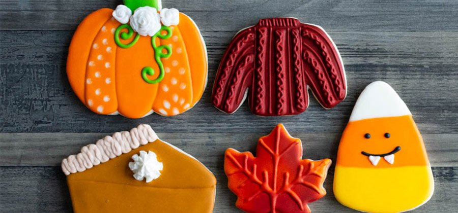 Photo various fall cookies made with cookie cutters.